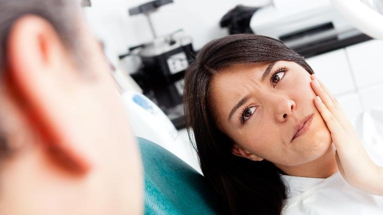 Woman with Tooth Pain at the Dentist | Saticoy Plaza Dentistry